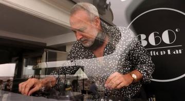 Luis Riu en la cabina de DJ de la terraza 360 del Hotel Riu Plaza España en Madrid.