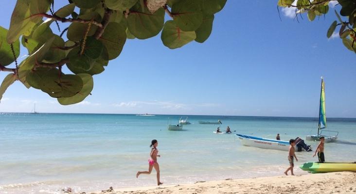 Niños disfrutando en playa de La Romana, República Dominicana