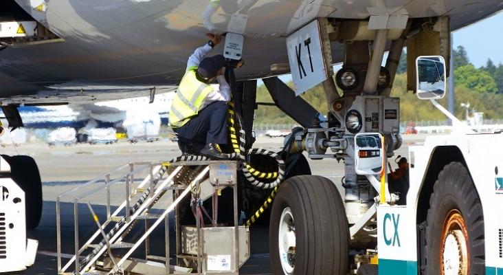 Operario sostiene la manguera de combustible