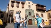 Turistas y guía turístico en Vegueta (Las Palmas de Gran Canaria). Foto: Nacho González