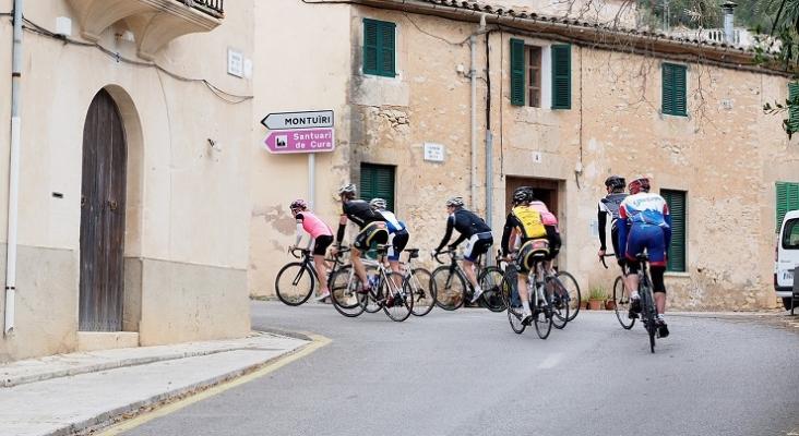 Ciclistas circulando por Baleares