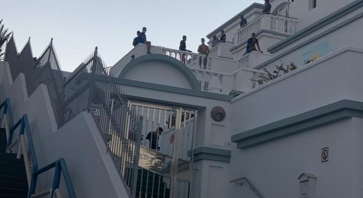 Puerto del Carmen (Lanzarote) inicia temporada con tensiones por el alojamiento de migrantes |Foto: Crónicas de Lanzarote