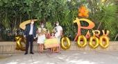 Christoph Kiessling,vicepresidente de Loro Parque, junto a la familia que resultó ser el cliente 10 millones