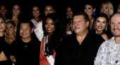 En el centro de la imagen y con vestido naranja, Asya Branch, Miss USA 2020 y próxima candidata por Estados Unidos a Miss Universo.