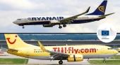Revés de la justicia europea Ryanair y TUI Fly deben devolver 12 millones de euros. Foto de avión de TUI Fly: Wkimedia Commons (CC BY 2.0). Logo de La Comisión Europea