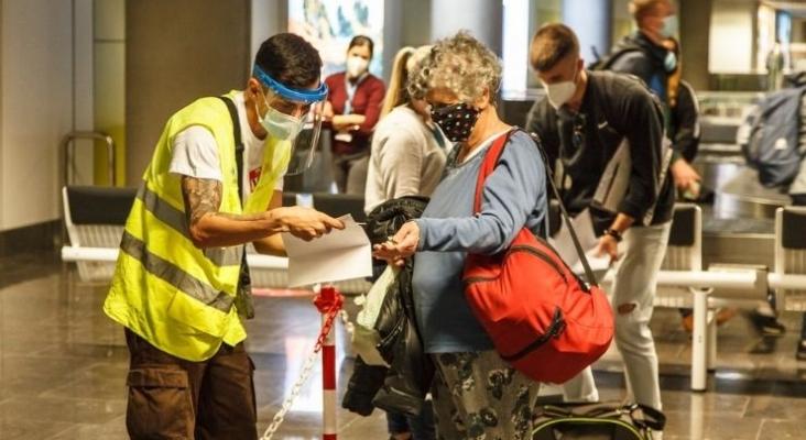Control de certificados Covid en el aeropuerto. Foto de gobiernodecanarias.org