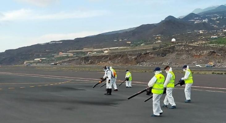 Personal del aeropuerto de La Palma retirando cenizas volcánicas de la pista de aterrizaje. Foto vía Twitter (@aena)