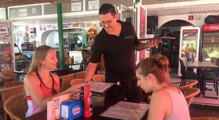 El 'solo adultos' gana la batalla al turismo familiar en Ibiza