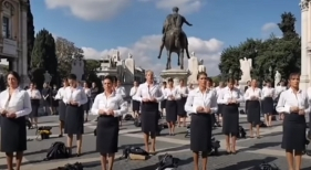 Tripulantes de Alitalia se desnudan en la calle como protesta por los despidos de la compañía
