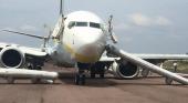 Tripulante despedida tras desplegar el tobogán de emergencia para salir del avión en el aeropuerto de Houston