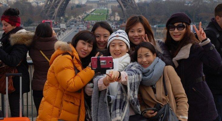 Turistas en la Torre Eiffel en Paris