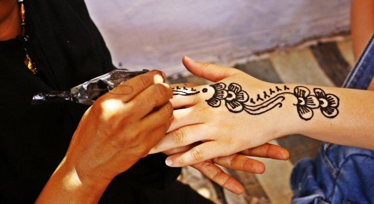 Un tatuaje de henna marca de por vida a una menor británica
