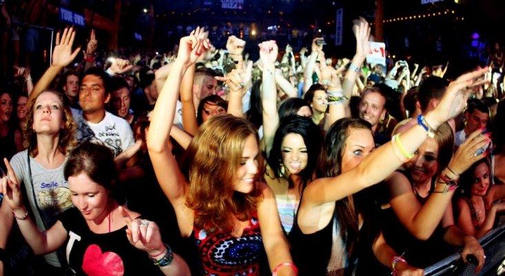 Jóvenes de fiesta en Ibiza