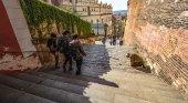 Turistas caminando por la calle