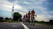 Triatletas en el segmento de bicicleta